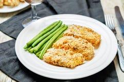 As ervas do queijo dos pães ralados cozeram o bacalhau com feijões verdes Fotos de Stock Royalty Free