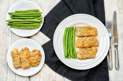 As ervas do queijo dos pães ralados cozeram o bacalhau com feijões verdes Imagem de Stock Royalty Free