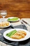 As ervas do queijo dos pães ralados cozeram o bacalhau com feijões verdes Fotografia de Stock Royalty Free
