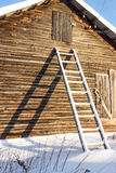 As escadas de madeira perto da casa Imagens de Stock