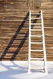 As escadas de madeira perto da parede Fotos de Stock Royalty Free