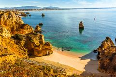 As escadas de madeira que conduzem ao Praia escondido penhasco fazem Camilo, o Algarve, Foto de Stock Royalty Free