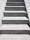 As escadas feitas da pedra cinzenta do granito vão acima imagem de stock