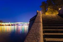 As escadas na terraplenagem do rio de Moscou Fotografia de Stock Royalty Free