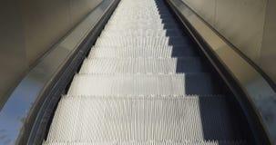 As escadas rolantes fecham-se acima acima vídeos de arquivo