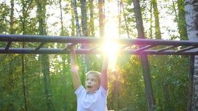 As escaladas da criança em uma escada horizontal video estoque