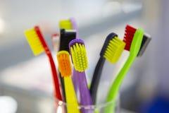 As escovas de dentes no fundo borrado podem ser usadas como o fundo fotos de stock