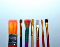 As escovas de pintura colocaram em uma linha em uma lona Imagem de Stock