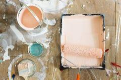 As escovas e as cores de pintura dirigem o conceito da renovação imagem de stock royalty free