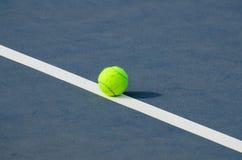 As esferas de tênis dispararam em uma corte de tênis ao ar livre Fotografia de Stock