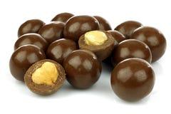 As esferas do chocolate encheram-se com as avelã fotos de stock