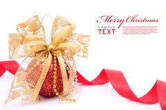 As esferas e o ouro vermelhos do Natal curvam a fita Fotografia de Stock