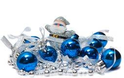 As esferas e o Papai Noel de ano novo em um fundo branco Foto de Stock