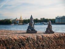 As esfinges pequenas estão na terraplenagem de Neva River com a fotos de stock