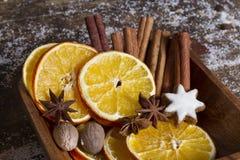 As especiarias do Natal, porcas, secaram laranjas Foto de Stock