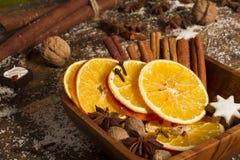 As especiarias do Natal, porcas, secaram laranjas Imagens de Stock