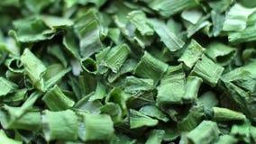 As especiarias fecham-se acima do giro, cebola verde secada video estoque