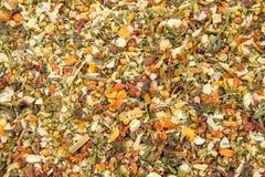 As especiarias misturadas fecham-se acima do fundo Alho, erva-doce, cenouras, manjericão, aipo, salsa, manjerona, cebola Imagem de Stock