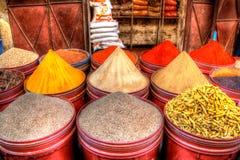 As especiarias orientais e as sementes como o pó do açafrão e de pimentões são expostas para a venda Imagem de Stock Royalty Free