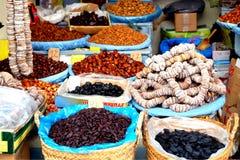 As especiarias orientais e as sementes como o pó do açafrão e de pimentões são expostas para a venda Imagens de Stock Royalty Free