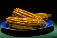 As espigas de milho roasted ou grelhadas frescas com a manteiga que derrete sobre os núcleos suculentos serviram em uma placa de  Fotografia de Stock Royalty Free