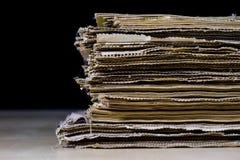 As espinhas dos livros velhos que encontram-se na pilha Livros empilhados no Fotografia de Stock