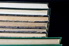 As espinhas dos livros velhos que encontram-se na pilha Livros empilhados no Fotografia de Stock Royalty Free