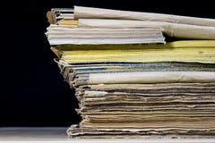 As espinhas dos livros velhos que encontram-se na pilha Livros empilhados no Imagem de Stock