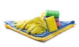 As esponjas para limpar, guardanapo de pano, as luvas de borracha no branco isolaram o fundo branco Artigos para limpar a casa A  Imagens de Stock