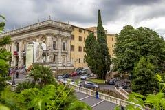 As estátuas brancas da escadaria do rodízio e do Pollux e do cordonata em Praça del Campidoglio Capitoline esquadram no monte de  foto de stock