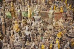 As estátuas da Buda no Tham Ting a caverna com sobre 4000 figuras da Buda em Luang Prabang, Laos Fotos de Stock Royalty Free