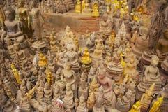 As estátuas da Buda no Tham Ting a caverna com sobre 4000 figuras da Buda em Luang Prabang, Laos Fotografia de Stock Royalty Free