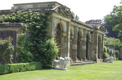 As estátuas da colunata e do leão em Hever fortificam o jardim italiano em Inglaterra Fotos de Stock