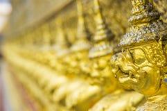As estátuas da serpente de luta do naga de Krut, um budista tailandês adaptam-se Imagens de Stock Royalty Free