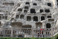 As estátuas danificadas em grutas de Longmen Fotos de Stock Royalty Free