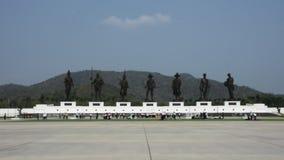 As estátuas de bronze de sete reis tailandeses em Rajabhakti estacionam em Prachuap Khiri Khan, Tailândia video estoque