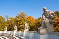 As estátuas dos dramaturgos no anfiteatro de banhos reais estacionam Fotografia de Stock