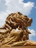 As estátuas douradas do leão estão o protetor na entrada ao templo de Leah, cidade de Cebu, Filipinas Foto de Stock Royalty Free