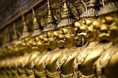As estátuas douradas no templo de Buddha da esmeralda Foto de Stock