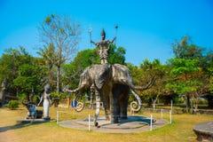 As estátuas e as esculturas antigas de deuses hindu e do buddhism na Buda estacionam, Vientiane, Laos Fotos de Stock Royalty Free