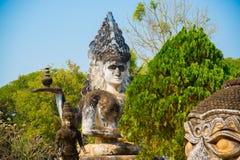 As estátuas e as esculturas antigas de deuses hindu e do buddhism na Buda estacionam, Vientiane, Laos Fotografia de Stock