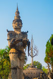 As estátuas e as esculturas antigas de deuses hindu e do buddhism na Buda estacionam, Vientiane, Laos Fotos de Stock