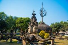 As estátuas e as esculturas antigas de deuses hindu e do buddhism na Buda estacionam, Vientiane, Laos Imagens de Stock