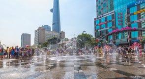 As estações da água da beleza cruzam a rua de passeio da senhora Foto de Stock