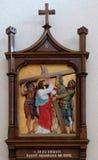 as ?as estações da cruz, Jesus são dadas sua cruz Imagens de Stock