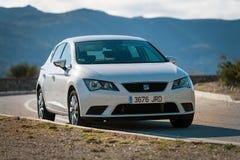 As estadas brancas de Seat Leon estacionaram entre nuvens na estrada da ilha da Creta Seat Leon é um carro com porta traseira com fotografia de stock royalty free