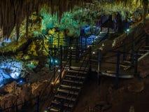 As estalactites e os estalagmites iluminados em Ngilgi cavam em Yallingup Foto de Stock Royalty Free