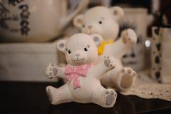 As estatuetas bonitos do brinquedo do urso fecham-se acima da foto Imagens de Stock Royalty Free