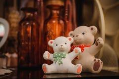 As estatuetas bonitos do brinquedo do urso fecham-se acima da foto Imagens de Stock