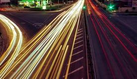 As estradas de cidade e o carro movente com borrão iluminam-se completamente imagem de stock royalty free